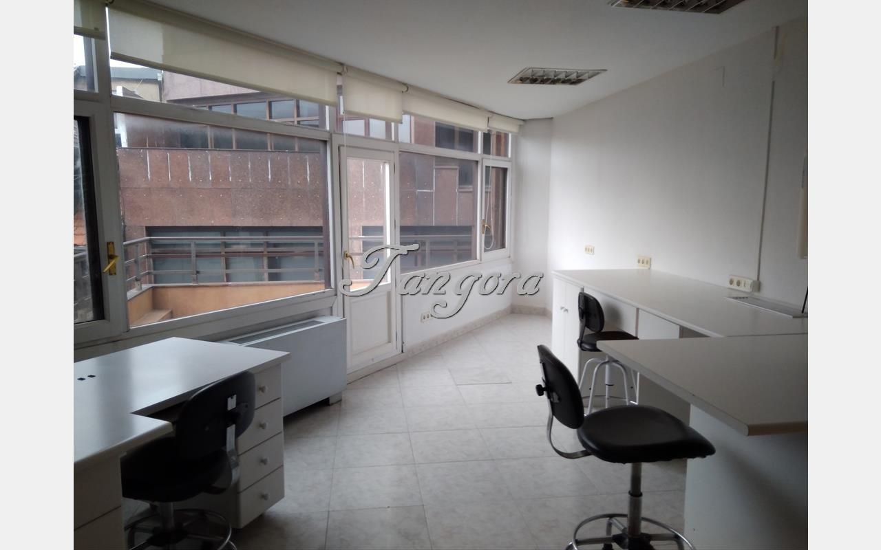 Se alquila oficina fantásticamente ubicada en el centro de Las Arenas.
