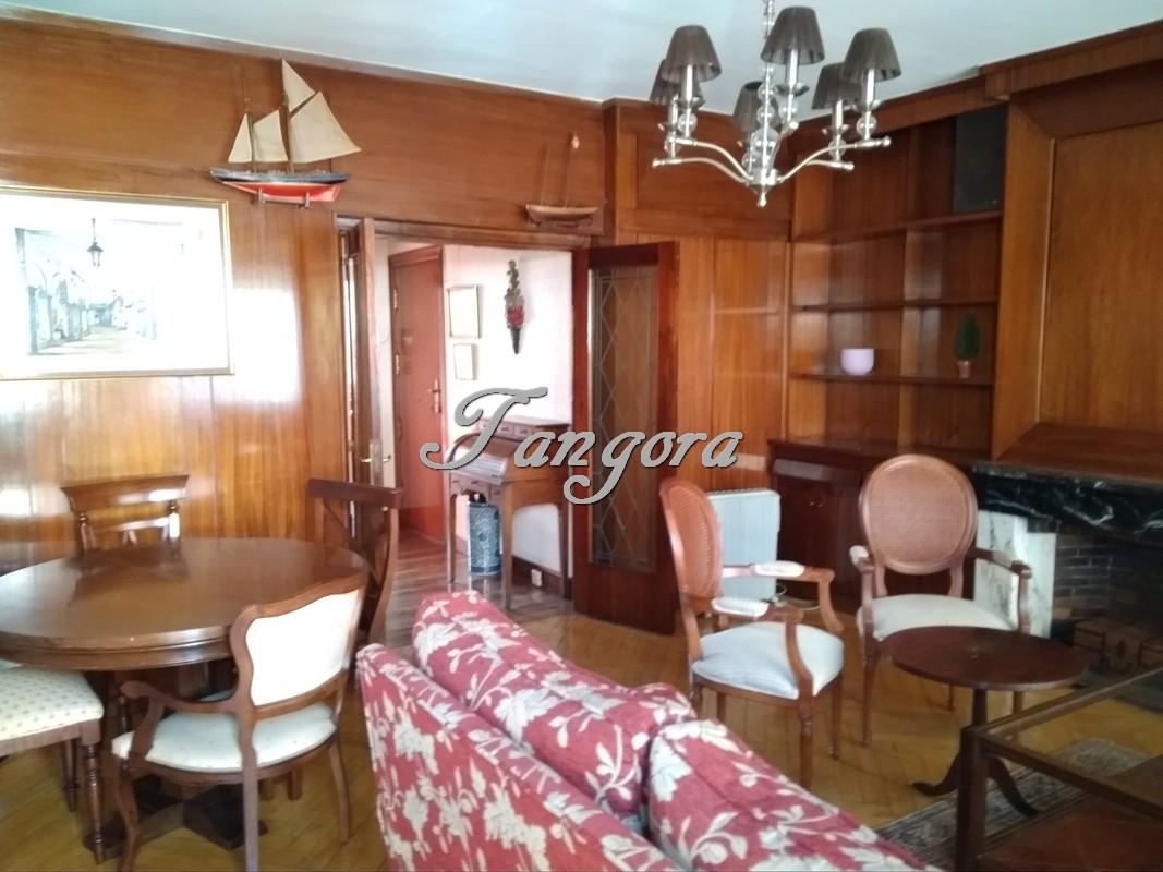 Se alquila súper luminoso piso en el centro de Las Arenas.