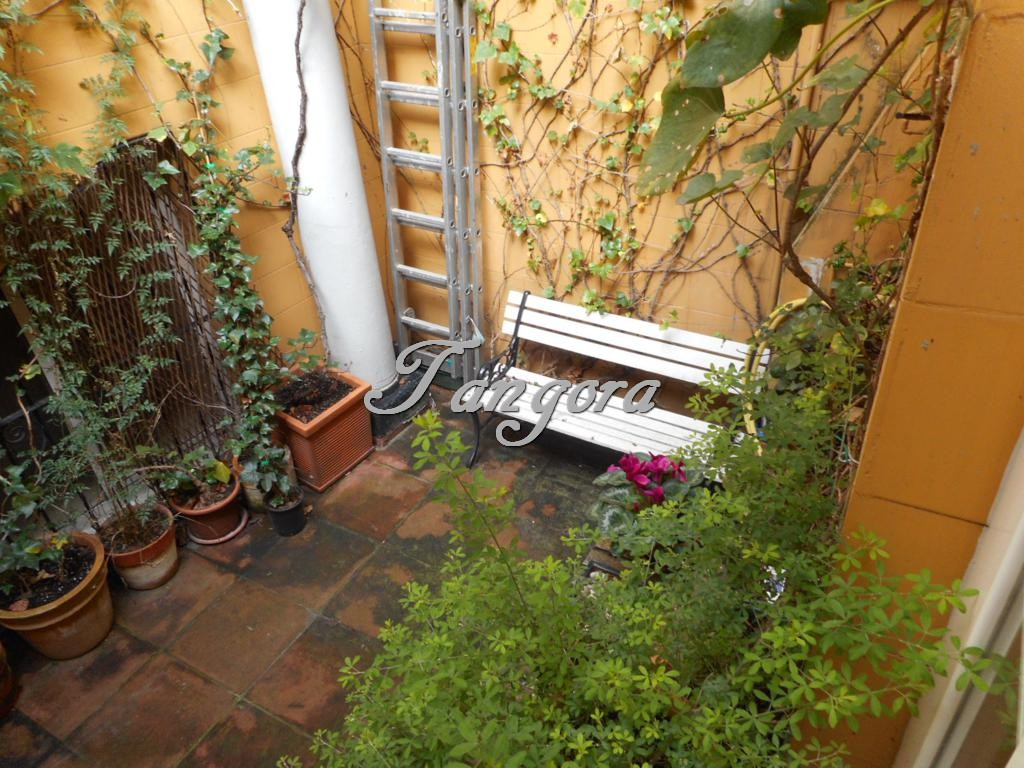 Se alquila coqueto dúplex de 1 habitación con patio-jardín privado en el corazón de Bilbao.