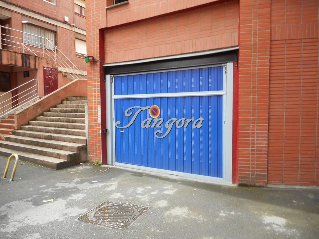 En venta amplia plaza de garaje con trastero contiguo en Kasune.