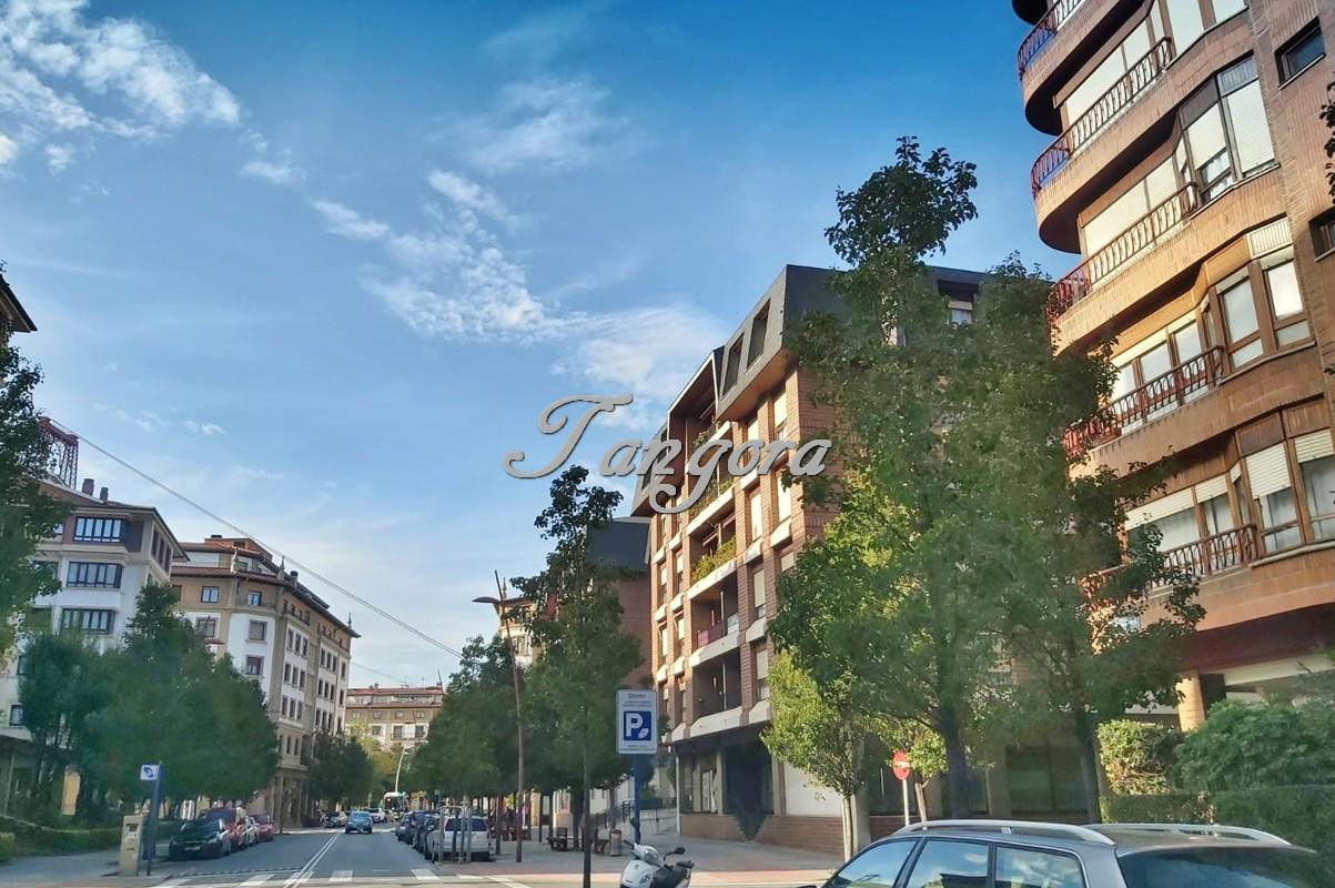 Tangora Inmobiliaria vende gran piso reformado de 123m² útiles cerca del Puente Colgante ubicado en zona tranquila pero, a su vez, cerca de todos los servicios.