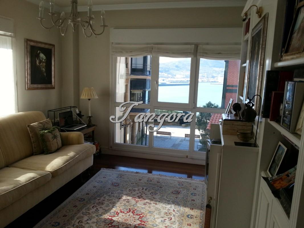 Exquisito apartamento de dos habitaciones con vistas al mar.