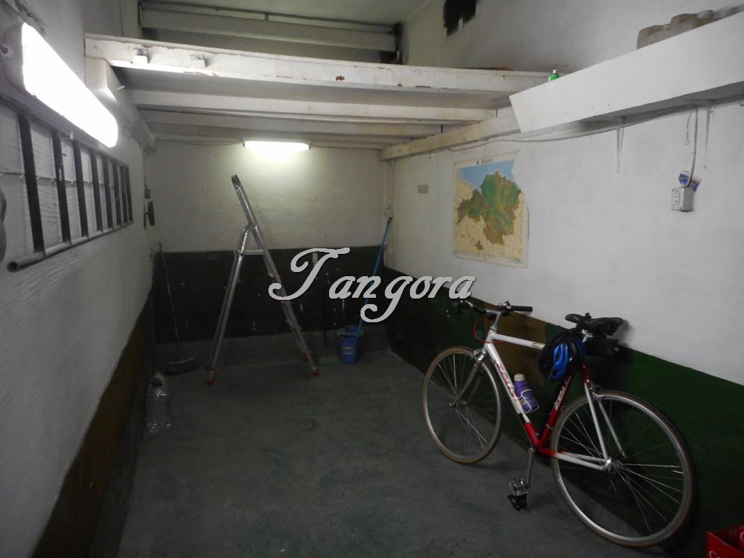 Se vende parcela de garaje cerrada con altillo en Iturgitxi.