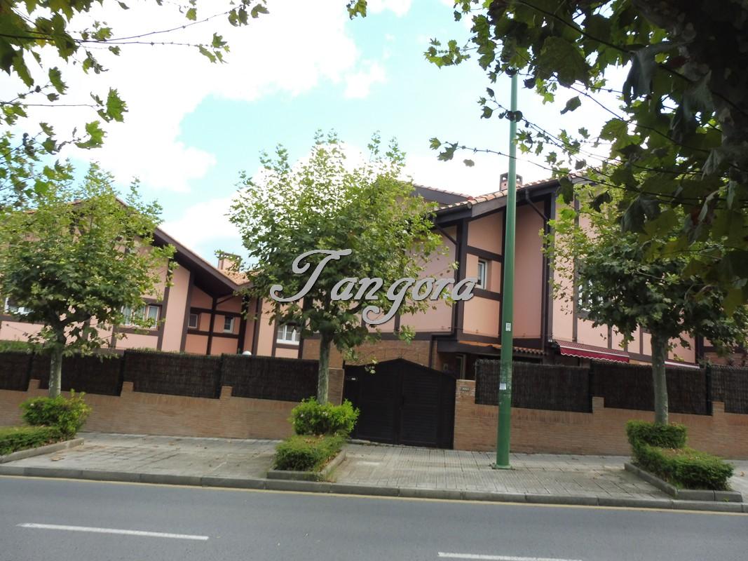 Tangora inmobiliaria vende en exclusiva exquisito chalet adosado en fantástica ubicación.