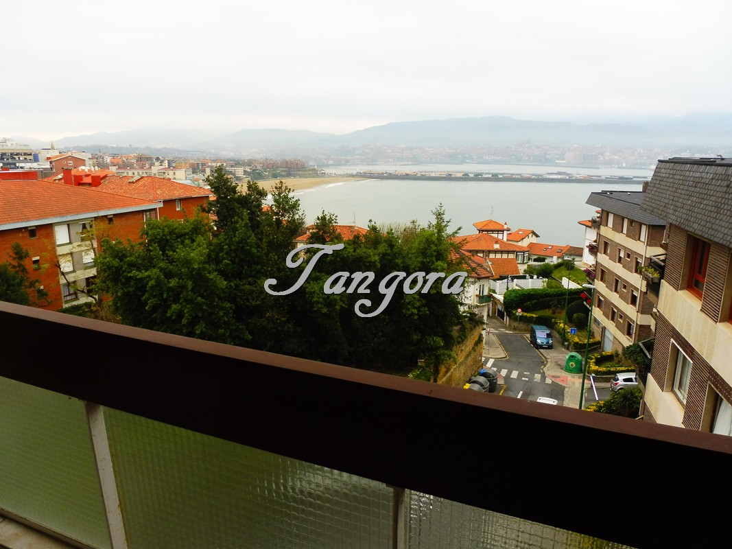 Maravilloso piso ático con excepcionales vistas al mar y a la playa de Ereaga