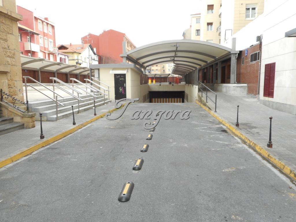 Se vende parcela de garaje en el centro de Algorta .